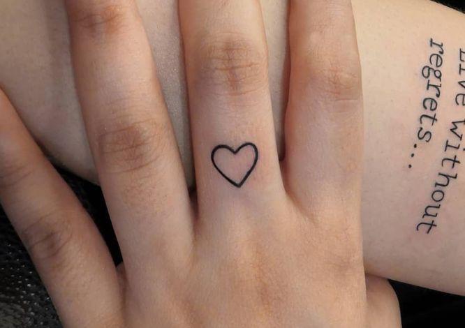 tatuajes corazon dedos