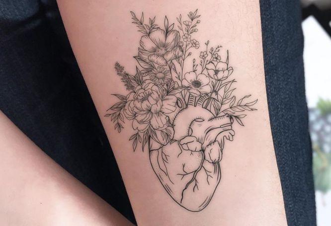 tatuajes corazon flores muñeca