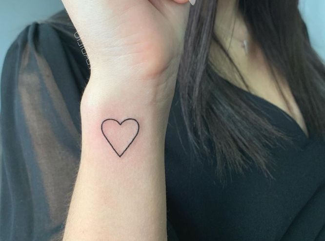 tatuajes corazon muñeca mujer