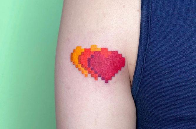 tatuajes corazones colores entrelazados