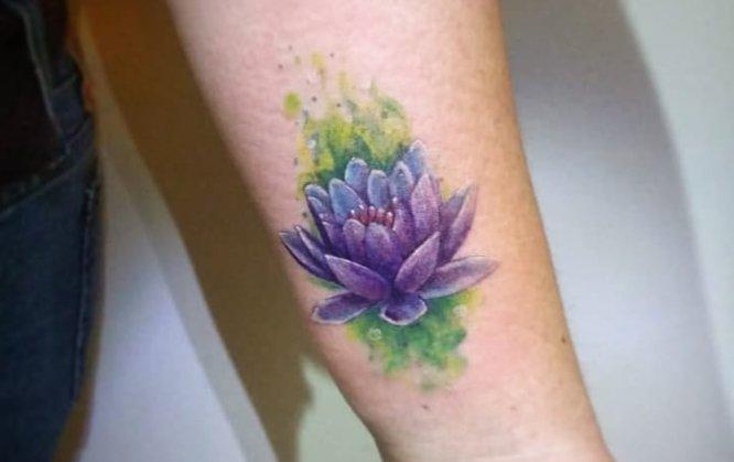 tatuajes flor de loto acuarela muñeca