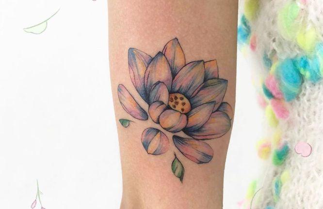 tatuajes flor de loto mujeres colores