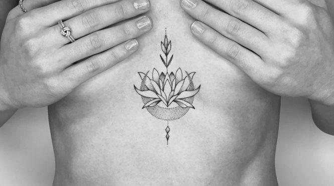 tatuajes flor de loto pecho geometrico