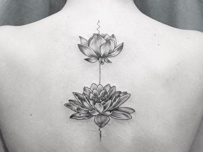 tatuajes flores de loto en la espalda