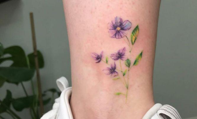 tatuajes flores pequeñas tobillo