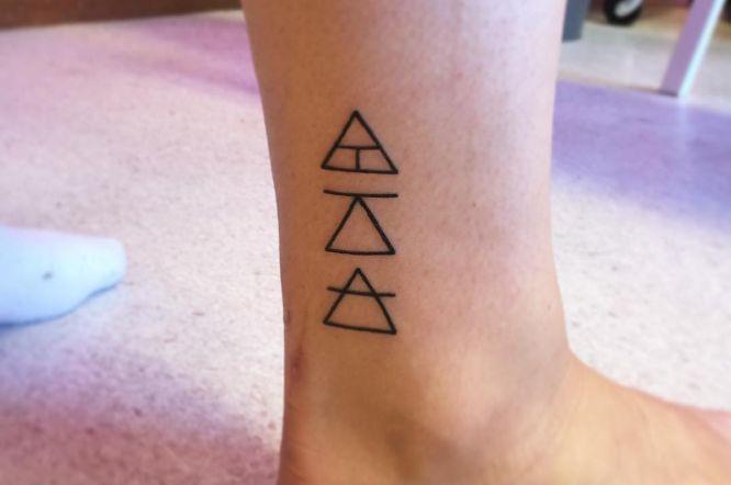 tatuajes glifos minimalistas