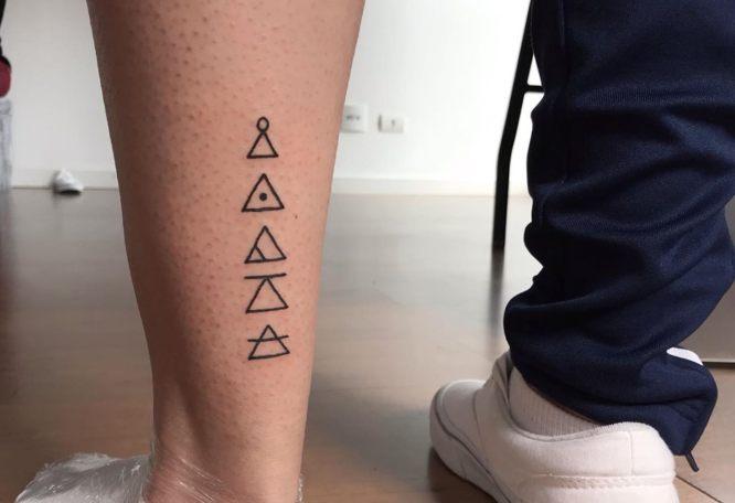 tatuajes glifos pierna