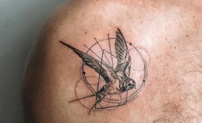 tatuajes golondrina pequeña geometrica