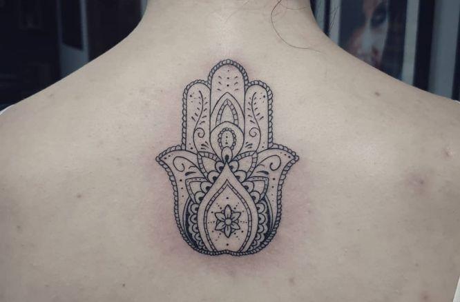 tatuajes hamsa espalda negro