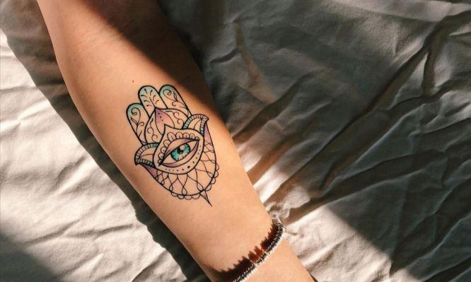 tatuajes hamsa mujer color brazo