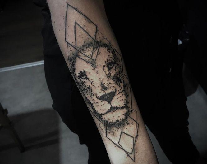 tatuajes leon geometrico brazo