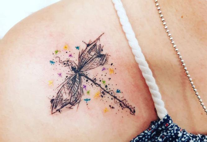 tatuajes libelula hombro sketch