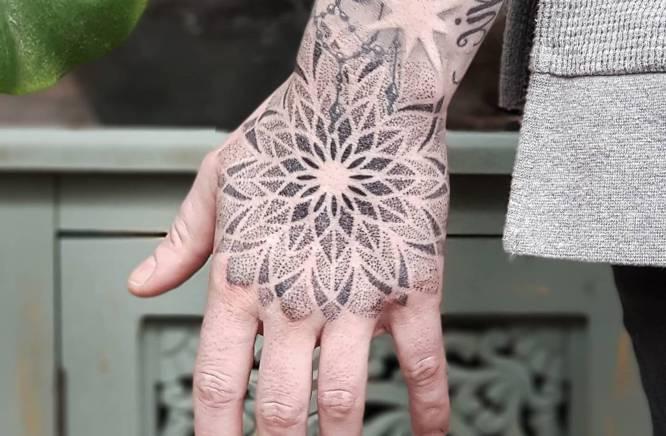 tatuajes mandalas brazo hombre