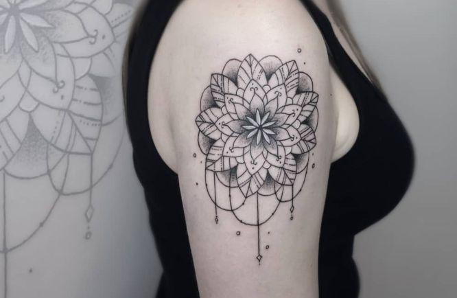 tatuajes mandalas mujer hombro