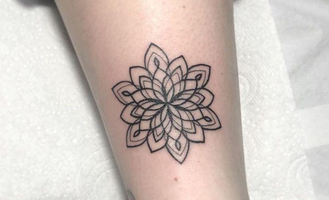 tatuajes mandalas pequeños pierna