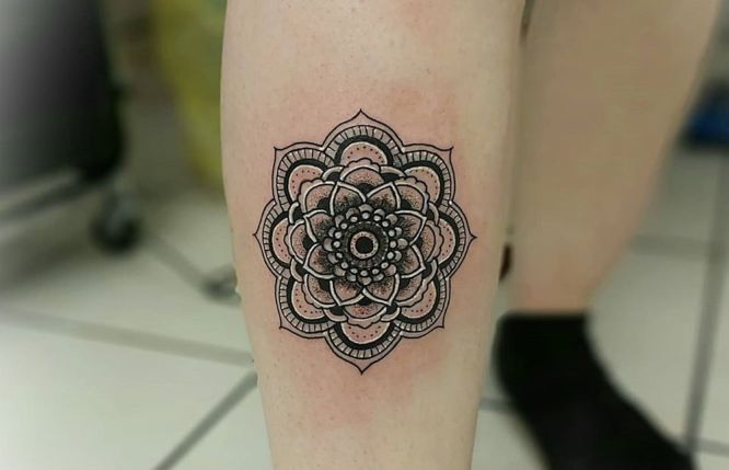tatuajes mandalas pierna mujer