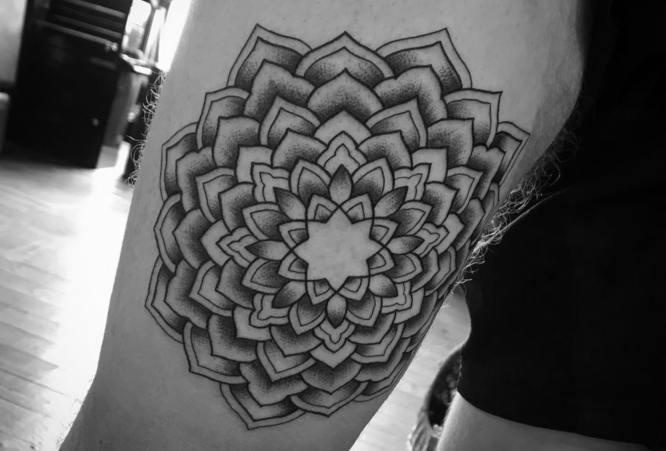 tatuajes mandalas pierna original