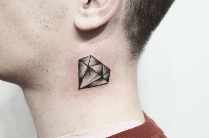 tatuajes pequeños hombre cuello