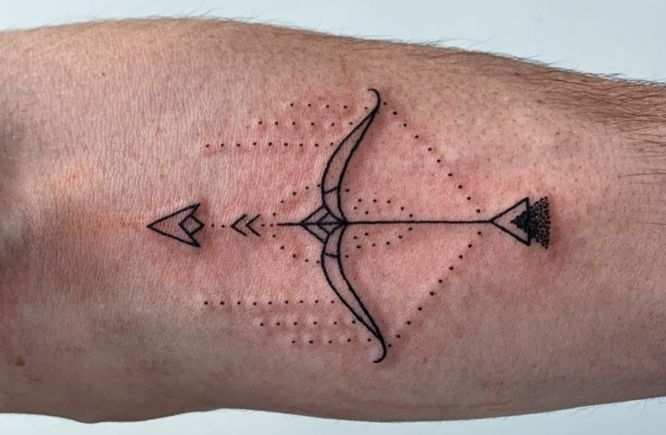 tatuajes pequeños hombre flecha arco