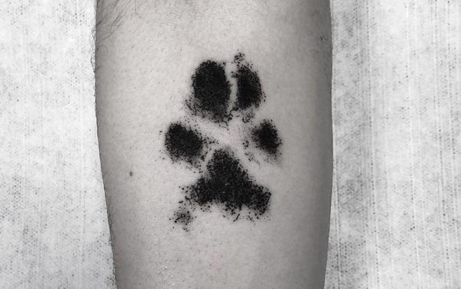 tatuajes pequeños hombre huella perro