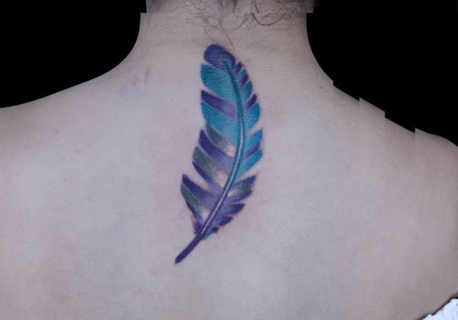 tatuajes plumas espalda acuarela