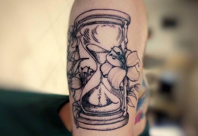 tatuajes reloj de arena flores