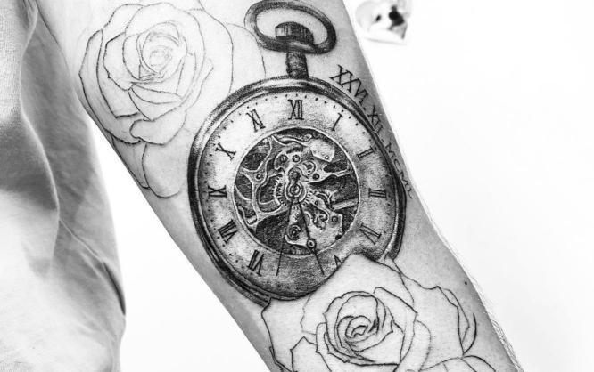 tatuajes reloj rosas brazo