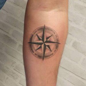 Tatuaje de la Rosa de los Vientos con Significado, Diseños e Ideas