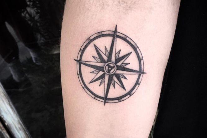 tatuajes rosa de los vientos brazo