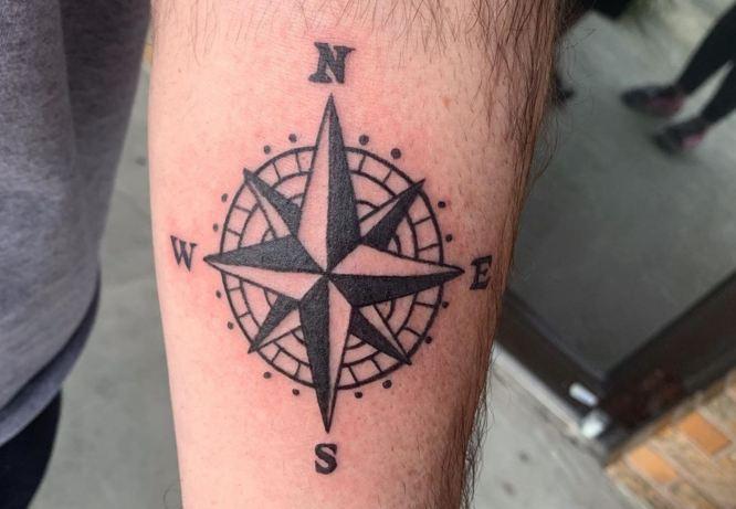 tatuajes rosa de los vientos hombre brazo
