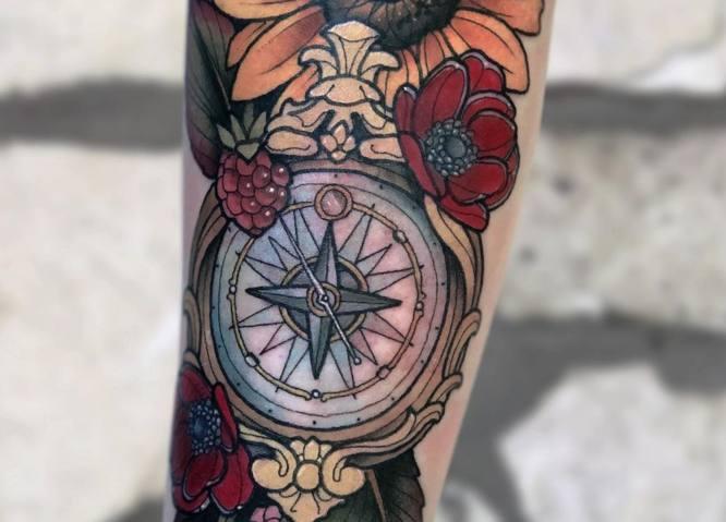 tatuajes rosa de los vientos mujer color