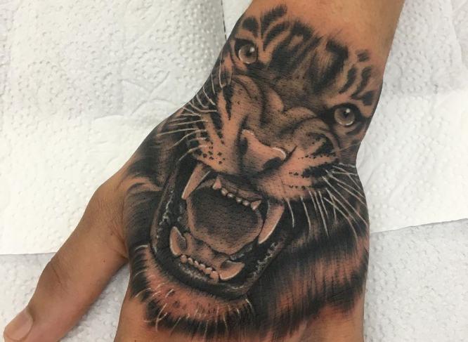 tatuajes tigres manos blanco negro