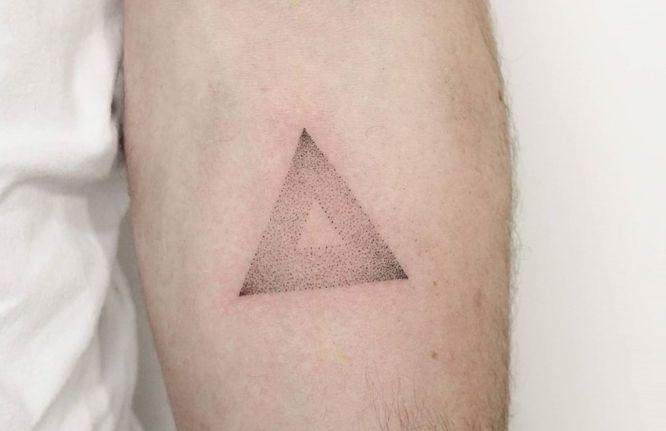 tatuajes triangulo hombre puntillismo