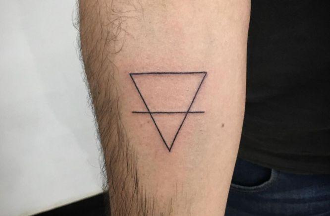 tatuajes triangulo linea brazo