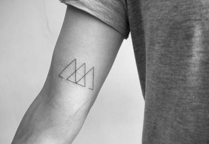 tatuajes triangulos entrelazados brazo