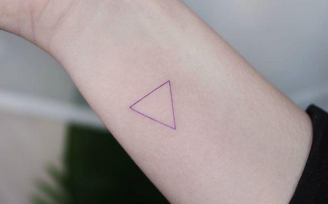 tatuajes triangulos minimalista mujer