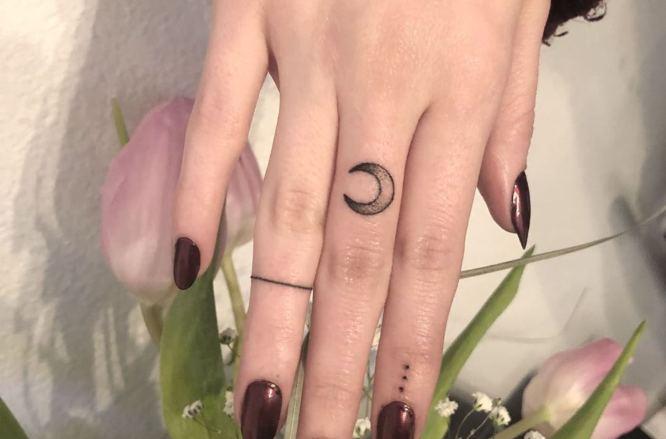 tatuajes dedos luna