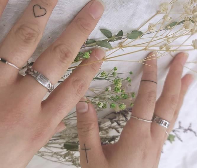 tatuajes dedos mujer