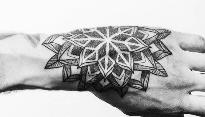 tatuajes mano hombre mandala