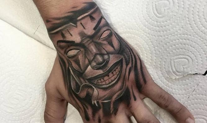 tatuajes mano hombre payaso