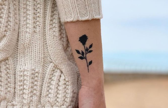 tatuajes muñeca lateral rosa