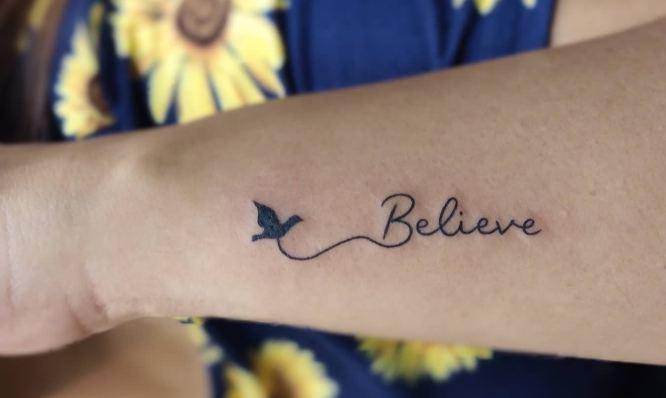 tatuajes muñeca palabra believe