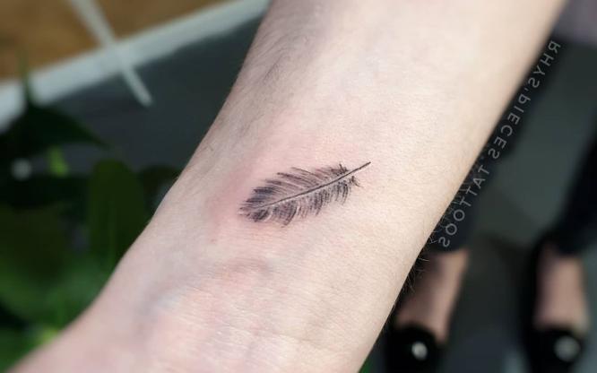 tatuajes muñeca pequeño pluma