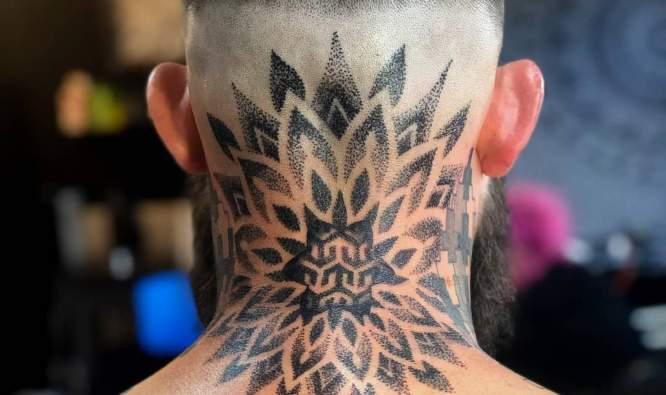 tatuajes nuca hombre puntillismo