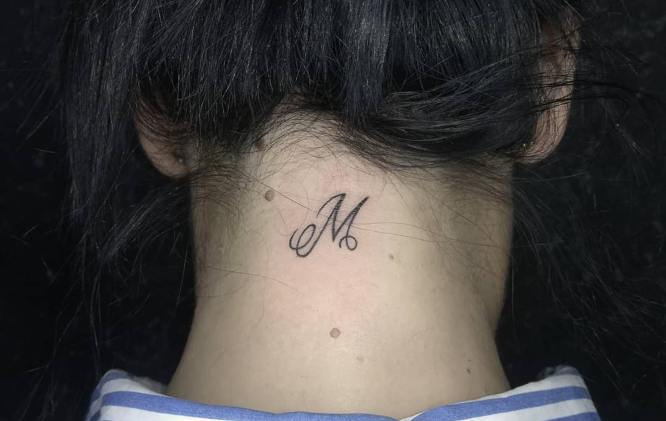 tatuajes nuca inicial chica