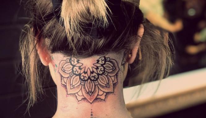 tatuajes nuca mujer mandala