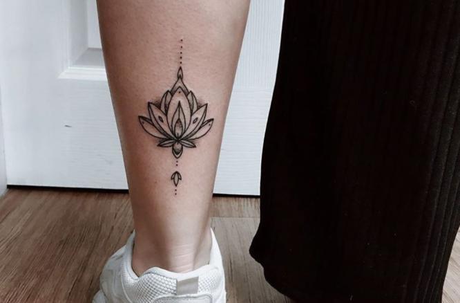 tatuajes pierna pequeño flor de loto