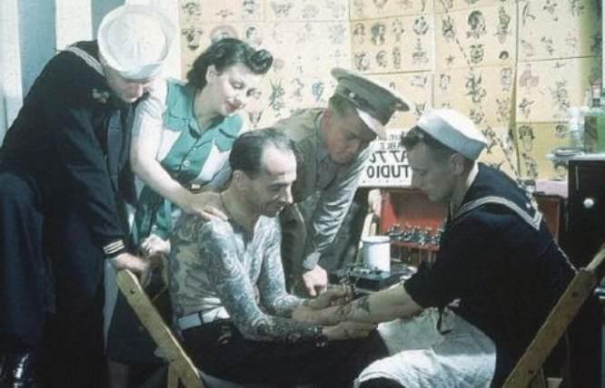 marinero tatuandose