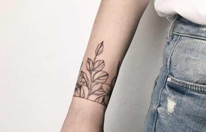 tatuajes mujer brazalete flores