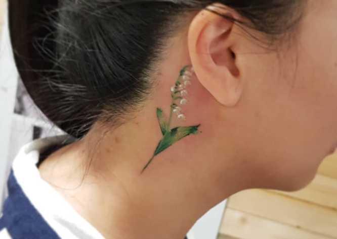 tatuajes mujer cuello flor acuarela